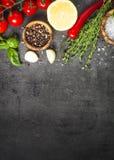 Wybór pikantność warzywa na czarnym odgórnym widoku i ziele zdjęcia stock