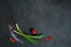 Wybór pikantność zielenie i ziele Składniki dla kucharstwa Karmowy tło na czerń łupku stole obrazy royalty free