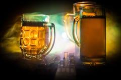 Wyb?r alkoholiczni napoje na nieociosanym drewnianym tle Kreatywnie grafiki dekoracja zdjęcie royalty free