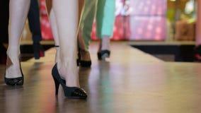 Wybieg modeluje, prezentacj kolekcj buty, pokaz mody, grupa modele chodzi na wybiegu przy pokazem mody, zbiory wideo