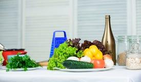 Wybierać świeżych veggies dla sałatki świeży zdrowy kulinarny przepis Dieting i żywność organiczna Przygotowanie i obraz royalty free