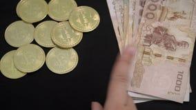 Wybierać Między banknotami Bitcoins i Tajlandzkim bahtem Krajowa waluta Tajlandia Cyfrowej waluta i Tradycyjna gotówka zbiory wideo