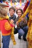 wybiera bożych narodzeń dekoraci rodzinnego drzewa Fotografia Royalty Free