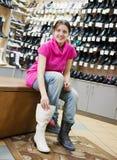 wybiera mroźnych dziewczyna buty zdjęcia royalty free