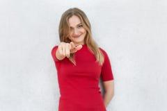 Wybieram ciebie! Cropped strzał kobieta w czerwieni smokingowy wskazywać przy kamerą z palcem wskazującym odizolowywającym nad bi Zdjęcie Stock