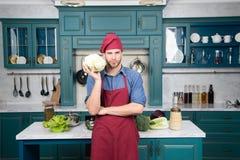 Wyborów świezi warzywa Przepis z świeżymi warzywami Szefa kuchni kulinarny jarski przepis Mężczyzna szefa kuchni odzieży fartucha fotografia royalty free