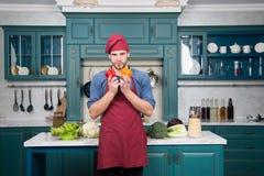 Wyborów świezi warzywa Szefa kuchni kulinarny jarski przepis Mężczyzna szefa kuchni odzieży fartucha kulinarna kuchnia Mężczyzna  obrazy stock