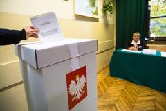 Wyborca przy lokalem wyborczym podczas połysk wybór parlamentarny Senacki i Sejmowy Obraz Stock