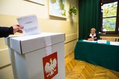 Wyborca przy lokalem wyborczym podczas połysk wybór parlamentarny Senacki i Sejmowy Fotografia Stock