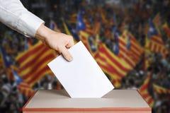 Wyborca trzyma kopertę w ręce nad głosowania tajne głosowanie Catalonia Zaznacza tło Demokraci pojęcie fotografia stock