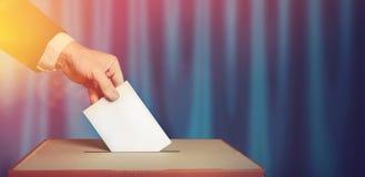 Wyborca Trzyma kopertę W ręce Nad głosowania tajnego głosowania błękita powierzchnia Wolności demokraci pojęcie obrazy stock