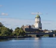 Wyborg, Russland - 3. September 2016: Wyborg-Schlossbrücke über dem Vuoksa-Fluss und Turm St. Olafs in Wyborg, Russland Lizenzfreie Stockbilder