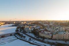 Wyborg schneebedeckt mit einem durch Eis behinderten Fluss angesichts des steigenden Lichtes Lizenzfreie Stockbilder