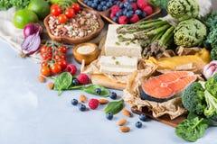 Wyboru asortyment zdrowy zrównoważony jedzenie dla serca, dieta obrazy royalty free