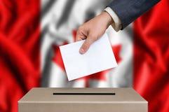 Wybory w Kanada - głosujący przy tajnego głosowania pudełkiem zdjęcie royalty free