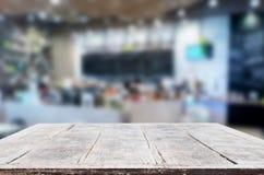 Wybranej ostrości pusty brown drewniany stół, sklep z kawą i resta Zdjęcia Royalty Free