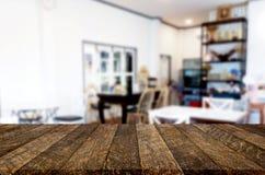 Wybranej ostrości pusty brown drewniany stół, sklep z kawą i resta Zdjęcie Royalty Free