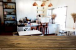 Wybranej ostrości pusty brown drewniany stół, sklep z kawą i resta Fotografia Royalty Free