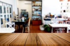 Wybranej ostrości pusty brown drewniany stół, sklep z kawą i resta Fotografia Stock