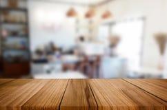 Wybranej ostrości pusty brown drewniany stół, sklep z kawą i resta Obraz Stock