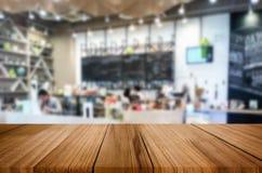 Wybranej ostrości pusty brown drewniany stół, sklep z kawą i resta Obraz Royalty Free