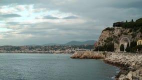 Wybrzeże Ładny, Francja, ludzie łowi na wietrznym i chmurnym wiosna dniu zbiory wideo