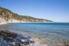 Wybrzeże Brest spokój ocean blue Jasny niebo Spokojny puszek Cisza fotografia stock