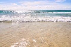 Wybrzeże Ciepła błękitne wody błękitne niebo Zdjęcia Royalty Free