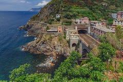 Wybrzeże i dworzec Riomaggiore, Cinque Terre, Włochy zdjęcia royalty free