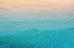 Wybrze?e jako t?o od odg?rnego widoku Turkusu wodny t?o od odg?rnego widoku Lata seascape od powietrza Gil Meno wyspa, Indones obrazy stock