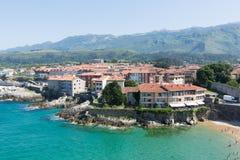 Wybrzeże Llanes w słonecznym dniu Hiszpanii asturii Zdjęcia Royalty Free