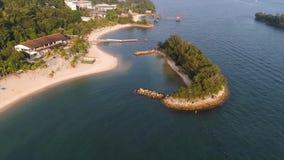Wybrzeże mała wyspa blisko równik linii z pięknym lasem wzdłuż błękitne wody i brzeg strzał Seascape zdjęcia stock