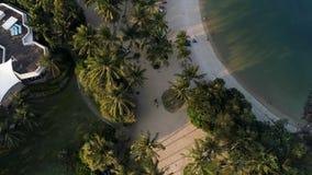 Wybrzeże mała wyspa blisko równik linii z pięknym lasem wzdłuż błękitne wody i brzeg strzał Seascape obrazy royalty free