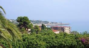 Wybrzeże miejscowość wypoczynkowa w drzewach Obrazy Royalty Free