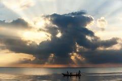Wybrzeże Mombasa, męscy rybaków pławiki Fotografia Royalty Free
