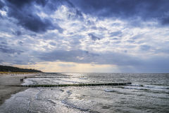 Wybrzeże morze bałtyckie z ciemnymi chmurami Obraz Royalty Free