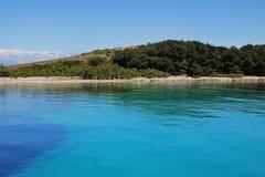 Wybrzeże w gładkiej wodzie Obrazy Royalty Free