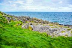 Wybrzeże wyspa mężczyzna od łupy wzgórza z wielkim murem łupa kasztel w łupie, wyspa mężczyzna Zdjęcia Stock