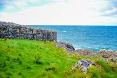 Wybrzeże wyspa mężczyzna od łupy wzgórza z wielkim murem łupa kasztel w łupie, wyspa mężczyzna Zdjęcia Royalty Free