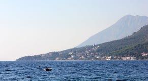Wybrzeże wyspy z plażami i górami obrazy stock