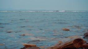 Wybrzeże z kamieniami na których znajduje fala zbiory wideo