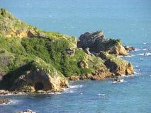 Wybrzeże z skałami i jamą Zdjęcie Stock