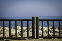Wybrzeże zamykający obok woden poręcz Obrazy Royalty Free