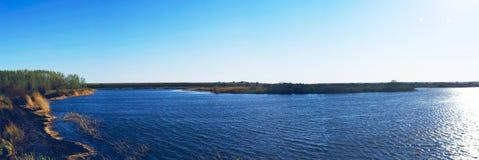 Wybrzeże blisko rzeki Zdjęcia Royalty Free