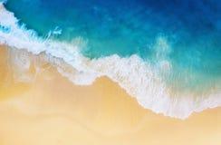 Wybrze?e jako t?o od odg?rnego widoku Turkusu wodny t?o od odg?rnego widoku Lata seascape od powietrza Nusa Penida wyspa, Indon zdjęcia stock