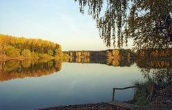 wybrzeże nad jezioro. Zdjęcie Stock