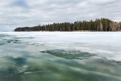Wybrzeże Ob rzeka z stapianie lodem Obrazy Stock