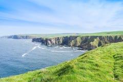 Wybrzeże z falezami blisko Pennan Zdjęcia Stock