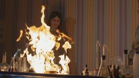 Wybuch podczas eksperymentu Niepomyślny eksperyment w chemicznym laboratorium zdjęcie wideo