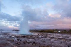 Wybuch przy Geysir geotermicznym terenem, Iceland Zdjęcie Royalty Free